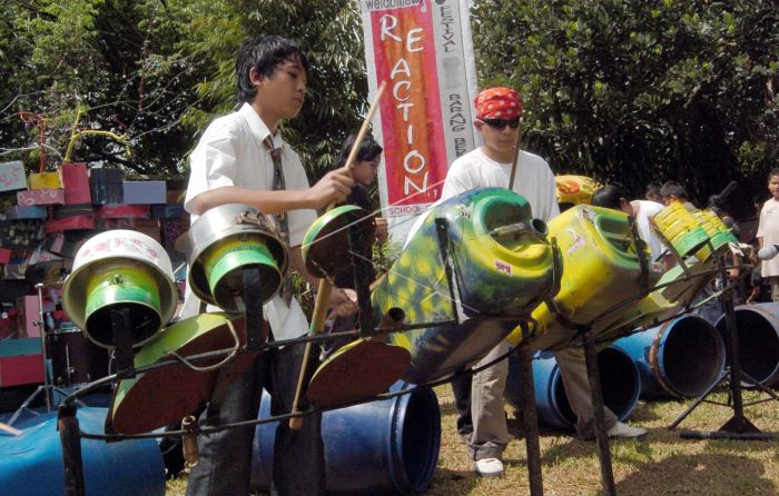 Pelajar School Of Universe (SOU) mempertunjukan permainan musik menggunakan  barang-barang bekas dalam acara lomba pengolahan barang bekas di kampus  SOU b5090cb56f