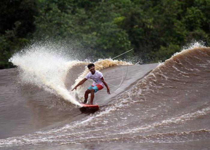 リアウ州の魅力的なKAMPAR(カンパル)川のBONO(ボノ)波