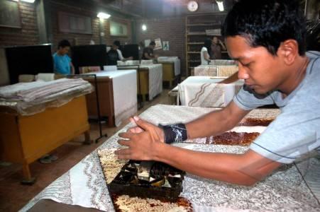 ... batik pada kain di studio batik komar bandung jawa barat senin