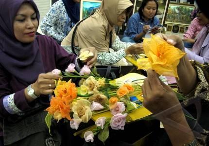 Bunga kering sejumlah perempuan mengikuti pelatihan membuat bunga
