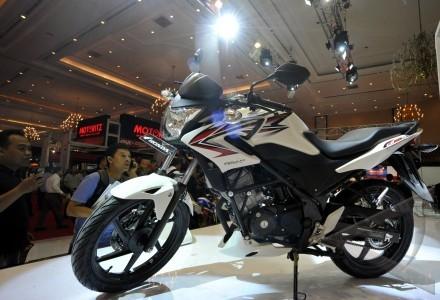 motor honda cb150r pengunjung melihat lihat motor terbaru honda cb150r