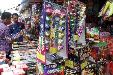 ... api pembeli melihat berbagai jenis kembang api yang dijual di pasar