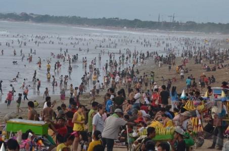 wisatawan pantai kuta