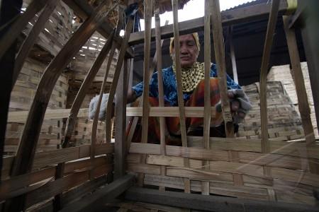 perajin keranjang bambu