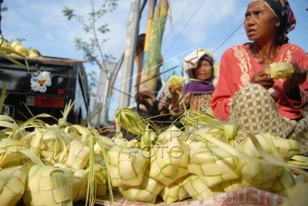 pedagang cangkang ketupat