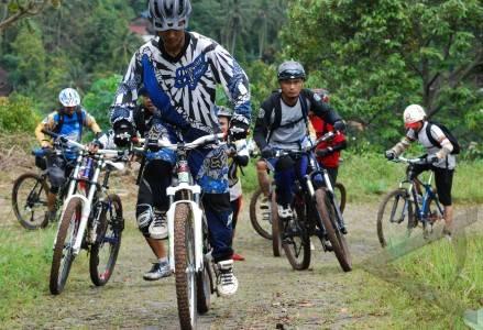 27 3 bersepeda gunung sejumlah pesepeda menggenjot sepeda gunung