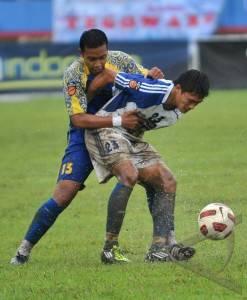 bola pemain pscs cilacap reza dini kanan berupaya mengamankan bola ...