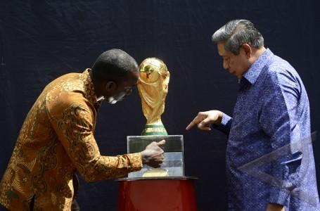 presiden dan trofi piala dunia