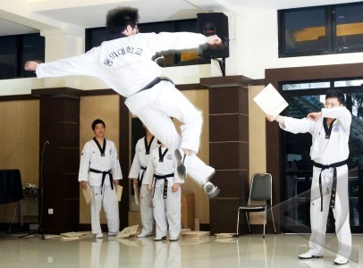 Dari universitas dong eui korea memperagakan satu gerakan dalam seni