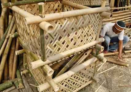 anyaman bambu seorang perajin membuat anyaman tempat buah dari bambu ...