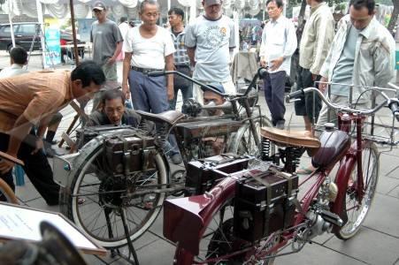 Sepeda motor kuno pengunjung memperhatikan beberapa sepeda motor kuno