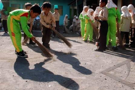 bersihkan lingkungan sekolah