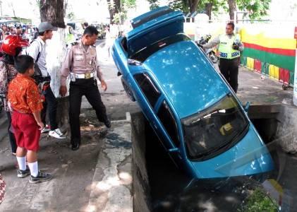 Surabaya 12 8 mobil masuk sungai dua polantas berada tak jauh dari