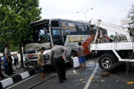 yogyakarta 19 10 kecelakaan bus sejumlah petugas menderek bus mira ...