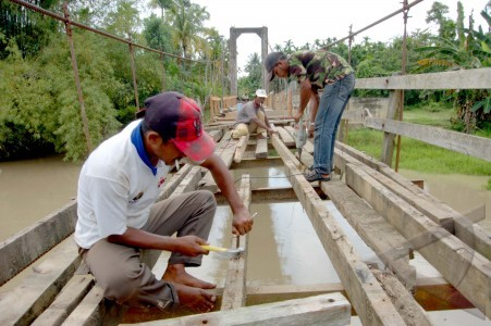 perbaikan jembatan gantung.