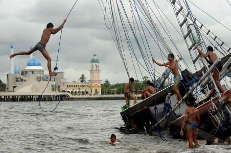 perahu phinisi karam