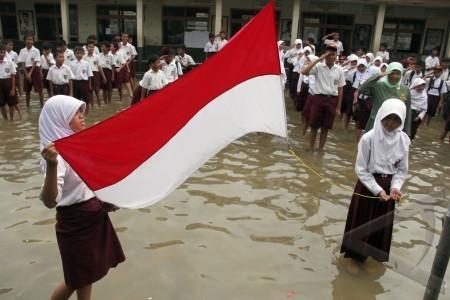 upacara di genangan banjir
