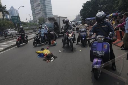 stres tidur dijalan di Kawasan Senen, Jakarta, Jumat (7/6). Aksi ...
