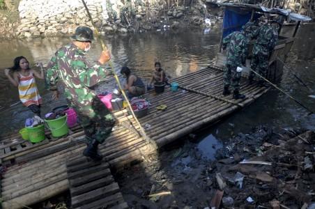 Bersihkan sungai ciliwung