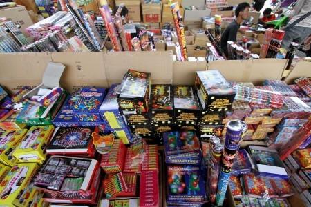 kembang api musiman menunggu pembeli di pasar asemka pasar pagi ...
