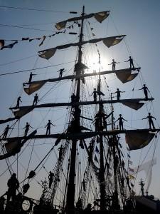 kri dewaruci berlayar