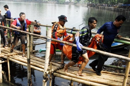 evakuasi korban perahu tenggelam