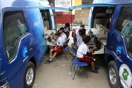 di mobil pusat layanan internet di halaman sekolah mereka di medan