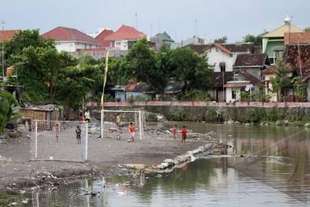 Yogyakarta 17 5 sepakbola di pinggir sungai sejumlah anak anak bermain