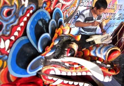 Surabaya 16 7 seni barongan seorang pria membuat barongan saat gelar