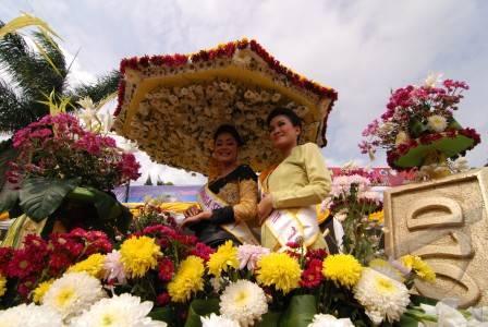 parade kendaraan bunga hias