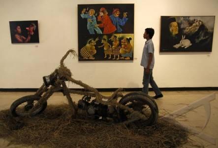 Dari pemuda untuk indonesia pengunjung mengamati sejumlah karya seni