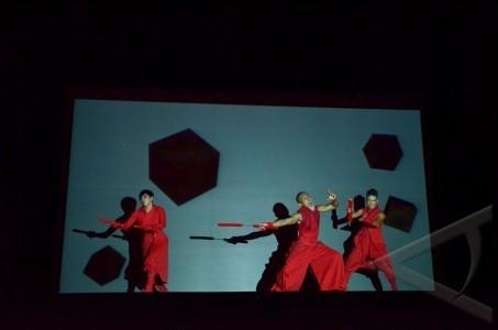 kelompok seniman asal jepang kegemu menampilkan atraksi seni bayangan