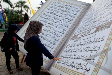 Replika al-quran raksasa