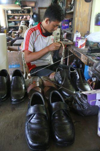 Sejumlah perajin kulit di kawasan tersebut mengaku sejak dua pekan terakhir produksi  sepatu kulit ... f55248c96e