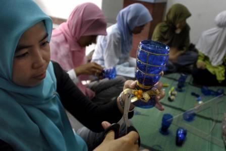 Jenis Kerajinan Tangan Berbahan Dasar Limbah Botol Plastik Minuman ...