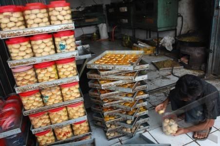 Pembuat Kue Kering - ANTARA Foto: Ekonomi Dan Bisnis - 5/7/2011 18:45