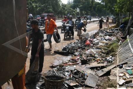 http://v-images2.antarafoto.com/gpr/1202096954/bersihkan-sampah-54.jpg