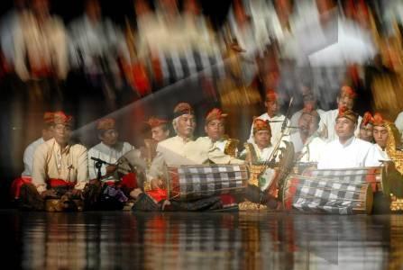 Kelompok karawitan dari ISI Solo unjuk kebolehan dalam Parade Kebyar Gong Se-Jawa di Institut Seni Indonesia, Solo, Jateng, Sabtu (10/1) malam. Acara tersebut mempertontonkan Gong Kebyar sebagai salah satu jenis seni karawitan Bali yang dimainkan secara atraktif oleh kelompok karawitan dari Jakarta, Jogja, dan Solo.FOTO ANTARA/Andika Betha