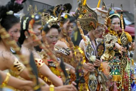 http://v-images2.antarafoto.com/gpr/1231679061/batik-carnaval-61.jpg