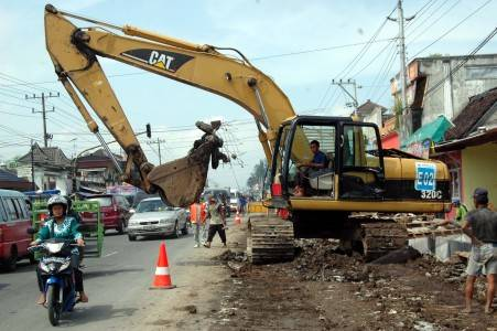 http://v-images2.antarafoto.com/gpr/1272867301/peristiwa-pelebaran-jalan-01.jpg