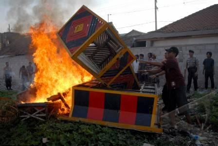 merpati sejumlah anggota polisi merobohkan dan membakar