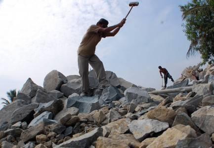 http://v-images2.antarafoto.com/gpr/1339401625/buruh-pemecah-batu-25.jpg