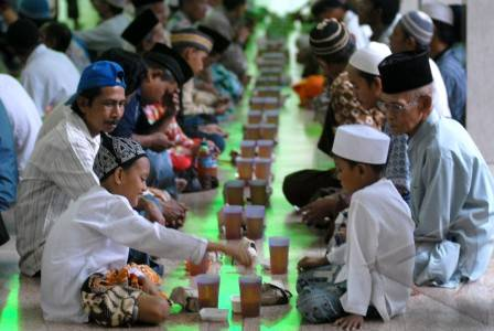 http://v-images2.antarafoto.com/grm/1312204513/tradisi-buka-puasa-13.jpg