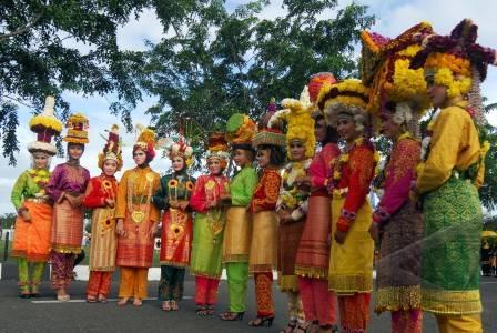 http://v-images2.antarafoto.com/gsb/1296279010/pawai-budaya-aceh-10.jpg