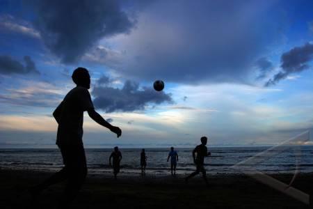 Sepak Bola on Bermain Sepak Bola Antara Foto Hiburan Dan Seni Budaya