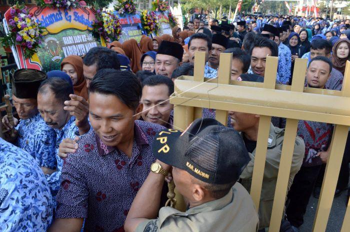 Sejumlah Pegawai Negeri Sipil (PNS) antre untuk bersalaman dengan Bupati  Madiun Muhtarom saat Halal Bihalal di Pendapa Muda Graha 6be418f84f