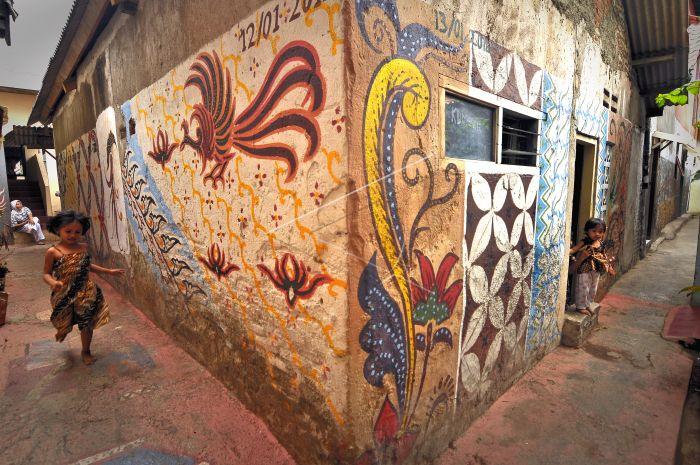 di setiap gang Kampoeng Batik di lukis motif-motif batik, membuat suasa budaya semakin kental