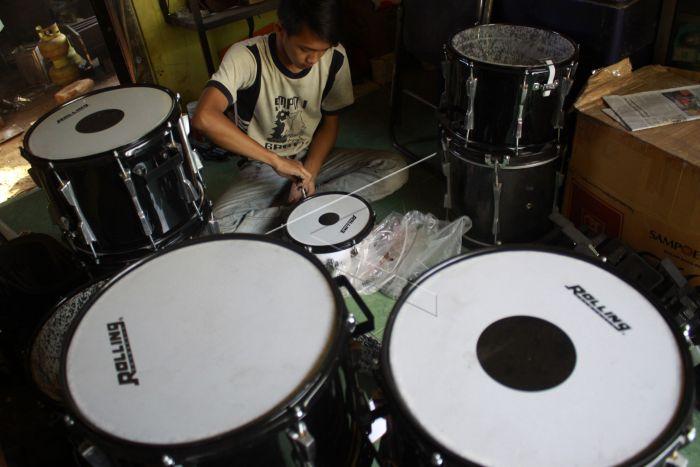 Kerajinan Perangkat Drum Band Antara Foto