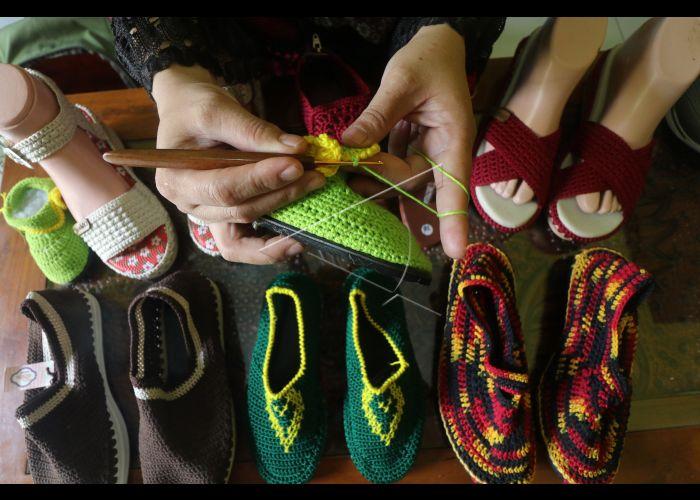 Kerajinan Sepatu Rajut | ANTARA Foto