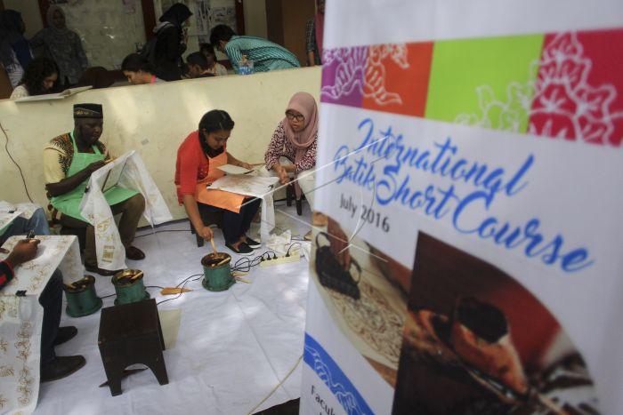 Mahasiswa Asing Belajar Batik | ANTARA Foto